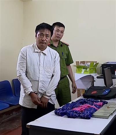 山罗省公安破获非法运输案 缴获5块海洛因砖和3万颗合成毒品 hinh anh 1