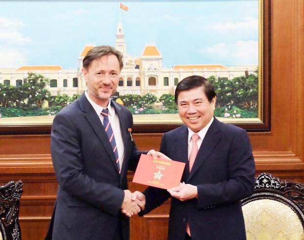 胡志明市加强与老挝和匈牙利各地方的合作关系 hinh anh 2