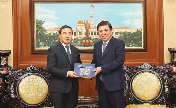 胡志明市加强与老挝和匈牙利各地方的合作关系 hinh anh 1