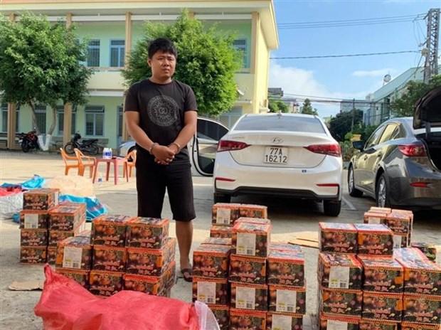 昆嵩省公安机关捕获载运380公斤疑似鞭炮的两辆货车 hinh anh 1