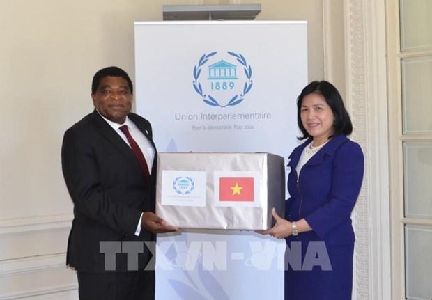 越南国会向各国议会联盟秘书处赠送口罩 hinh anh 1