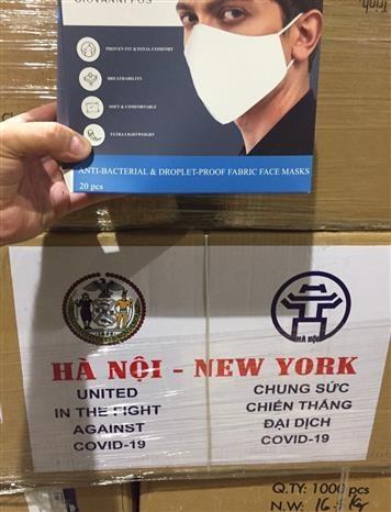 新冠肺炎疫情:河内市向美国纽约市捐赠2吨口罩 hinh anh 1