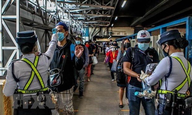 新冠肺炎疫情:印尼单日新增死亡病例创新高 菲律宾部署警察确保隔离措施的执行 hinh anh 1