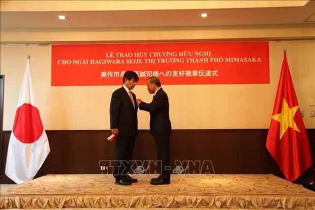 越南向日本美作市市长授予友谊勋章 hinh anh 1