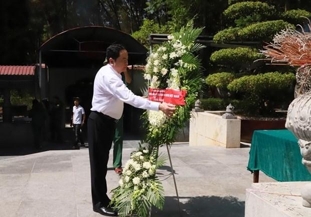 越南祖国阵线中央委员会主席陈青敏看望慰问河静省优抚家庭 hinh anh 2