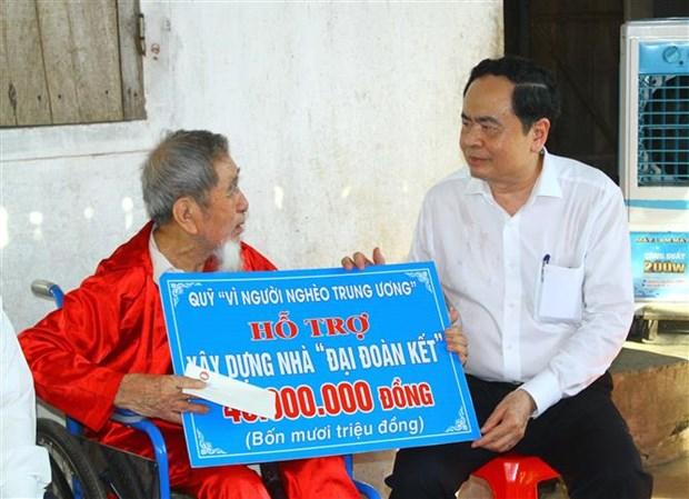 越南祖国阵线中央委员会主席陈青敏看望慰问乂安省优抚家庭 hinh anh 2