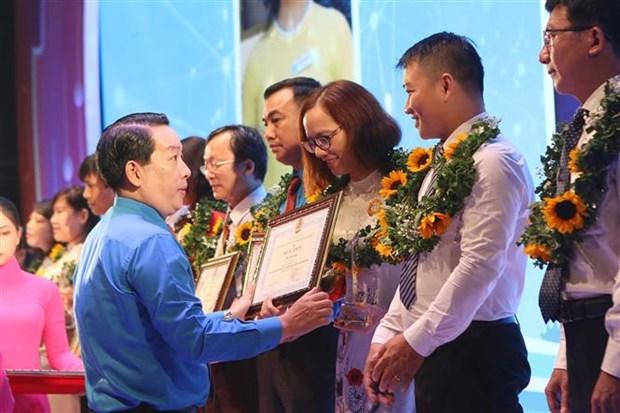 胡志明市212个劳动模范和先进工作者受表彰 hinh anh 2