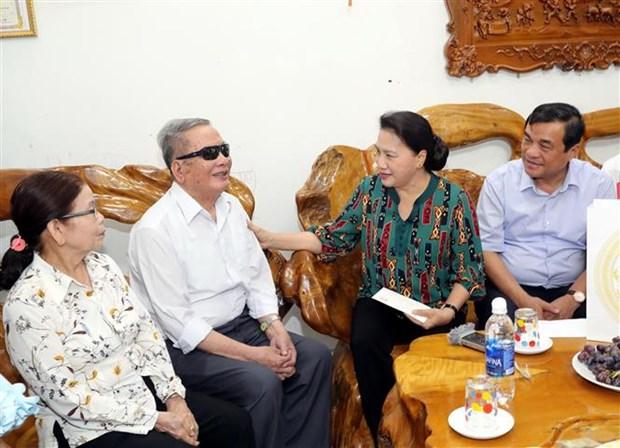 越南国会主席阮氏金银看望越南英雄母亲和政策优抚家庭 hinh anh 2