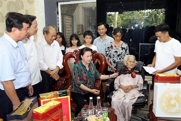 越南国会主席阮氏金银看望越南英雄母亲和政策优抚家庭 hinh anh 1
