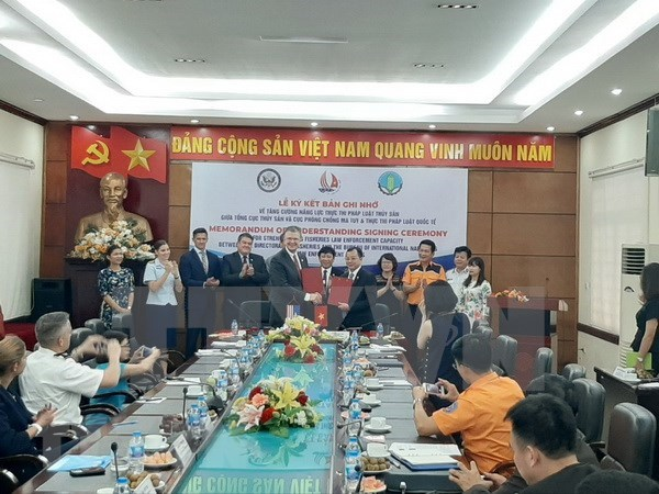 越南与美国签署增强渔业执法能力的备忘录 hinh anh 1