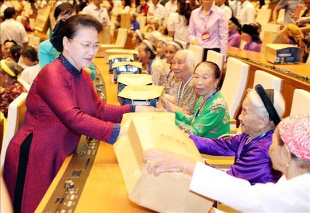国会主席阮氏金银与300位越南英雄母亲会面 hinh anh 1