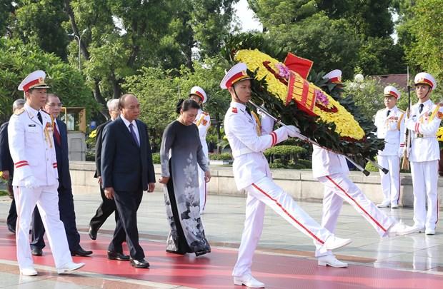 越南党和国家领导人向英雄烈士敬献花圈 hinh anh 1