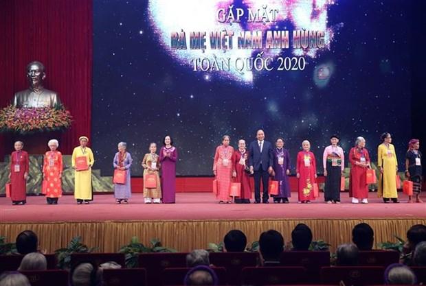 阮春福总理出席越南英雄母亲代表见面会 hinh anh 1