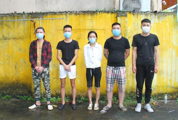 老街省截获承载非法入境越南的10名中国人的两辆汽车 hinh anh 1