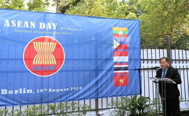 老挝驻德国大使高度评价东盟的团结、强大与全面深入对接 hinh anh 1