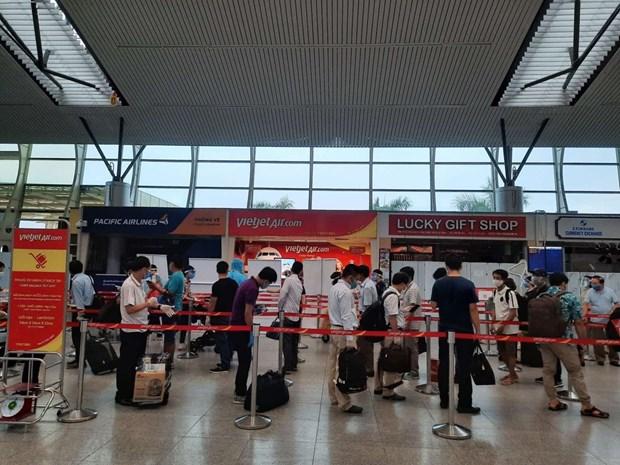 越捷安排航班将被困在岘港市的230名游客送回河内 hinh anh 1