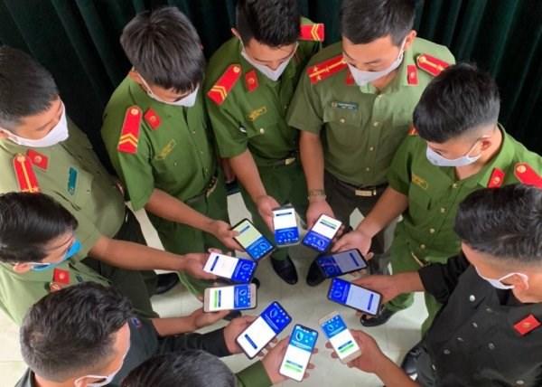 COVID-19大流行:每天有100万越南人安装蓝区应用 hinh anh 1