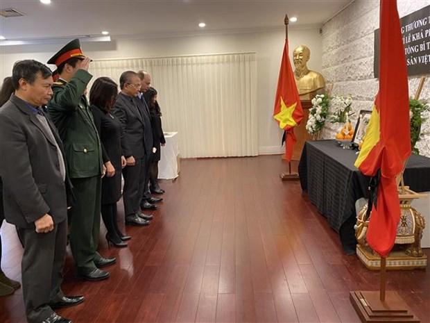 越南驻老挝、新加坡、印尼和柬埔寨大使馆为原越共中央总书记黎可漂举行吊唁仪式 hinh anh 5