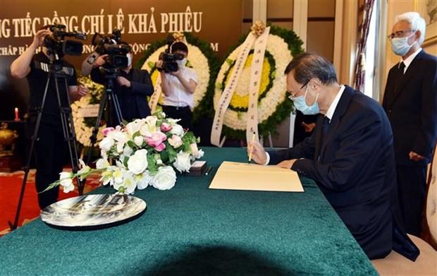 杨洁篪等中国中央和部委领导前往越南驻中国大使馆吊唁黎可漂同志逝世 hinh anh 2