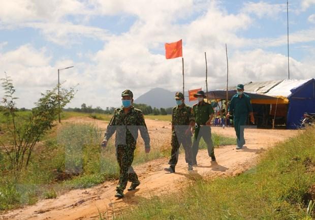 老街省边防部队向中方移交3名非法入境人员 hinh anh 1