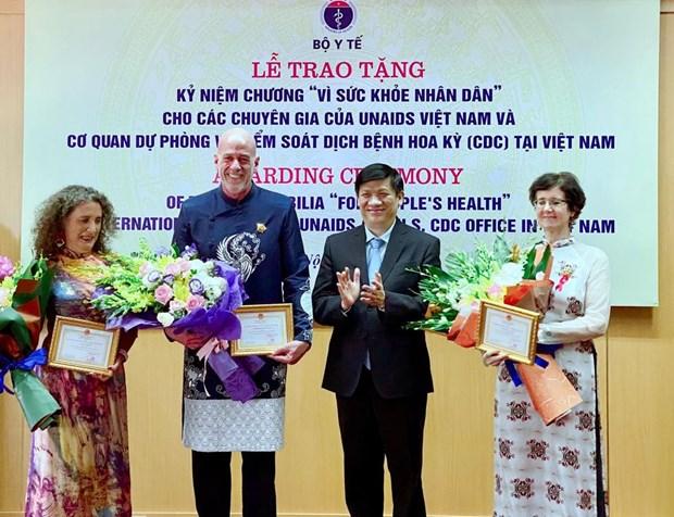 支持越南艾滋病防控工作的3名国际专家荣获卫生部的纪念章 hinh anh 1