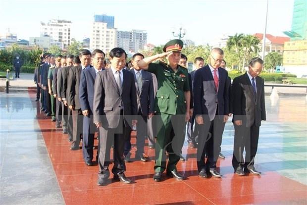 越南国庆75周年:越南驻柬埔寨大使馆代表团前往越柬友谊纪念碑敬献花圈 hinh anh 1