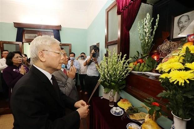 越共中央总书记、国家主席阮富仲在胡志明主席遗迹区进香 hinh anh 1