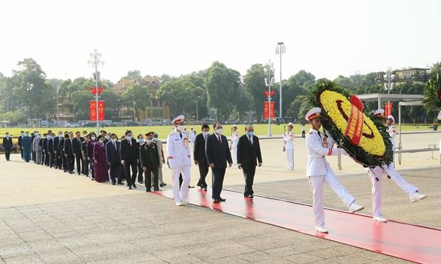 越南国庆75周年:党和国家领导入陵瞻仰胡志明主席遗容 hinh anh 1