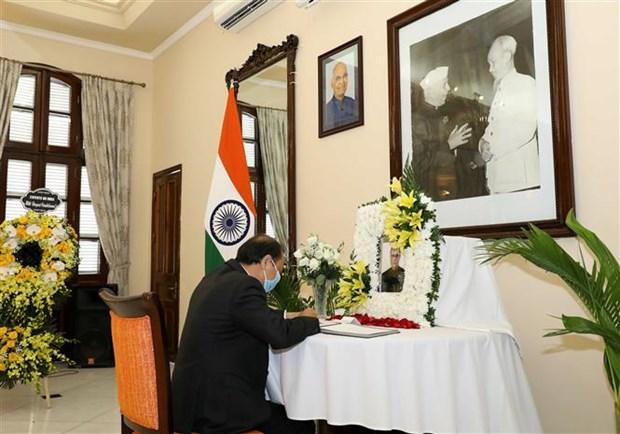 越南外交部副部长阮国勇前往印度大使馆吊唁印度前总统普拉纳布 hinh anh 1
