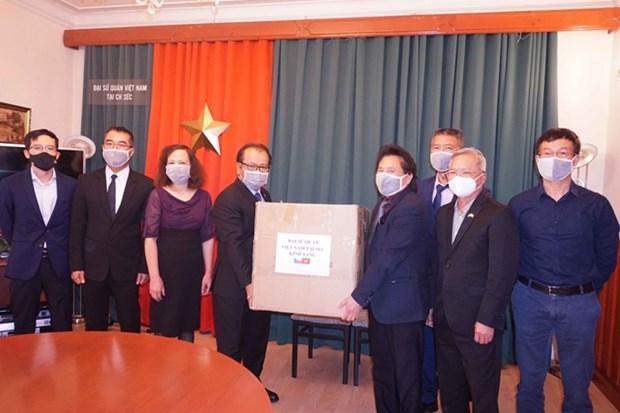 越南驻捷克大使馆向旅居捷克越南人赠送防疫口罩 hinh anh 1