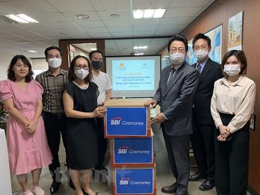 韩国企业向越南劳务人员捐赠1万只医用口罩 hinh anh 1