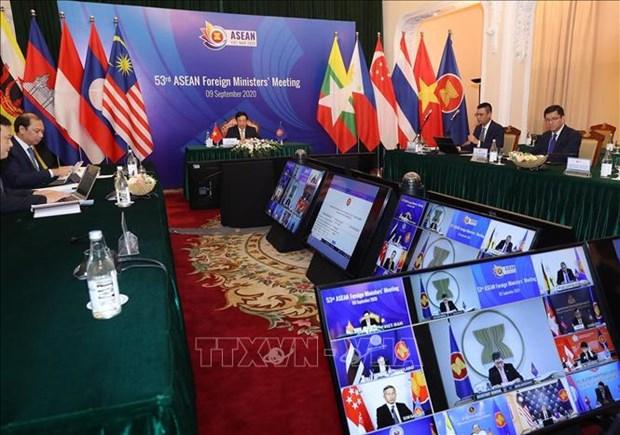 AMM 53:马来西亚外长参与东盟共同体建设问题的讨论 hinh anh 1