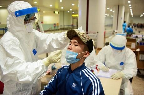 使用新冠肺炎病毒检测试剂盒 确保旅客的安全 hinh anh 1