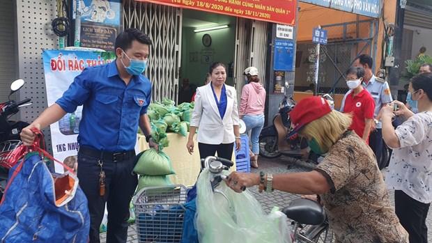 """胡志明市开展""""以塑料垃圾来换大米""""环保活动 hinh anh 1"""