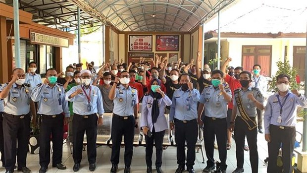 越南驻印尼大使馆对被扣押的越南渔民进行领事探视 hinh anh 1