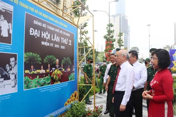 """迎接越共十三大:""""团结、活跃、创新、温情的胡志明市委""""图片展开展 hinh anh 1"""