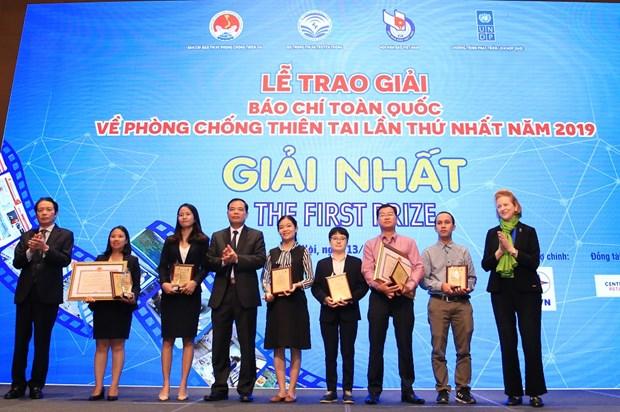 首届全国防治自然灾害新闻奖颁奖仪式在河内举行 hinh anh 1