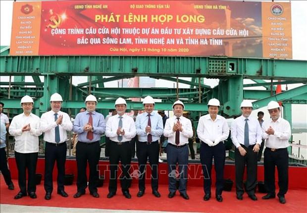连接乂安、河静两省的会门桥正式合龙 hinh anh 1