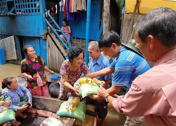 紧急救援在柬埔寨磅士卑省的越裔灾民 hinh anh 1