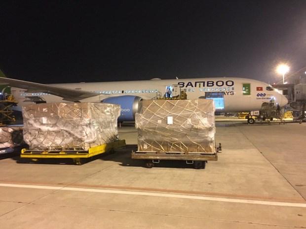 越竹航空免费将赈灾物品运往中部灾区 hinh anh 1