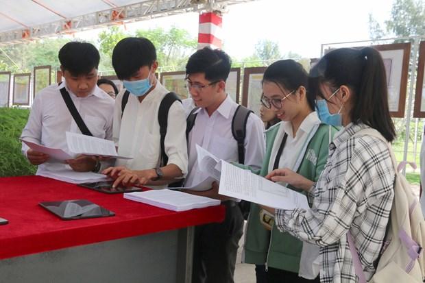 """""""黄沙长沙归属越南-历史证据和法律依据""""图片资料展在茶荣大学举行 hinh anh 2"""