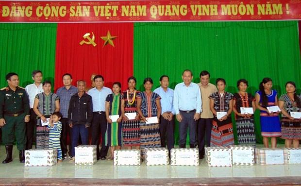 越南领导深入灾区看望慰问受灾群众并送上慰问品 hinh anh 1