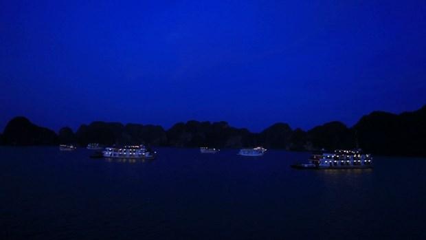下龙湾游船上过夜旅游颇受游客青睐 hinh anh 1