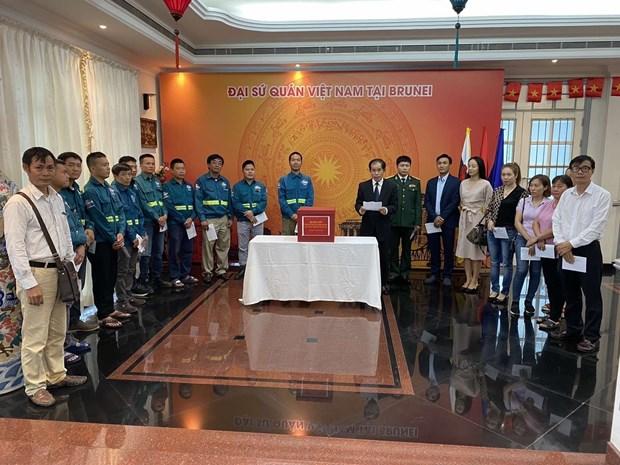 旅外越南人纷纷举行爱心捐款活动 帮助中部灾民开展灾后重建工作 hinh anh 1