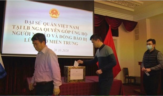 旅外越南人纷纷举行爱心捐款活动 帮助中部灾民开展灾后重建工作 hinh anh 2