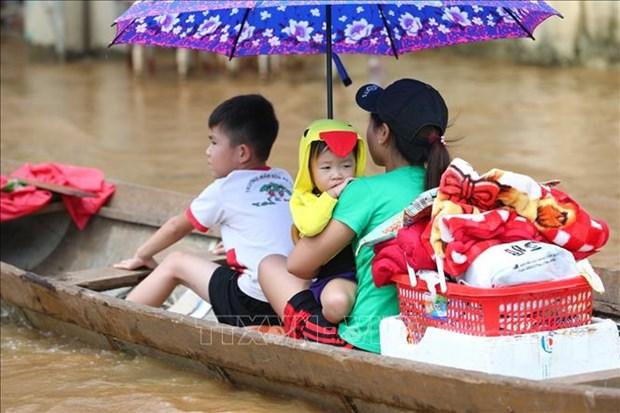 国内外组织和个人积极响应为中部灾区民众捐赠活动 hinh anh 1