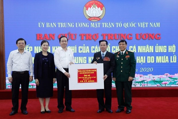 越南祖国阵线中央委员会共接收社会各界向中部灾区捐款2650亿越盾 hinh anh 2