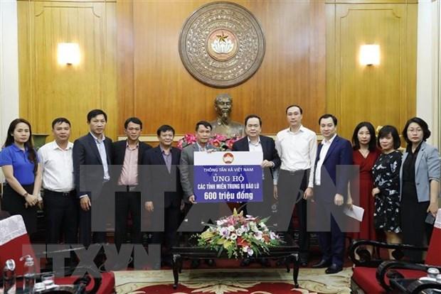 越南祖国阵线中央委员会共接收社会各界向中部灾区捐款2650亿越盾 hinh anh 1