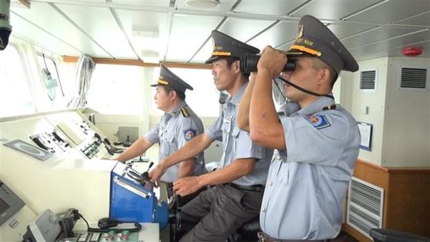 海军军种增派两艘渔检船参与平定省26名渔民搜救工作 hinh anh 1