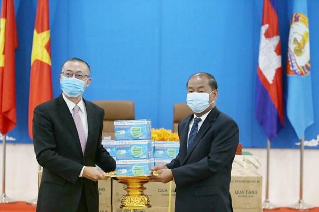 越共中央对外部向柬埔寨人民党捐赠3万只防疫口罩 hinh anh 1